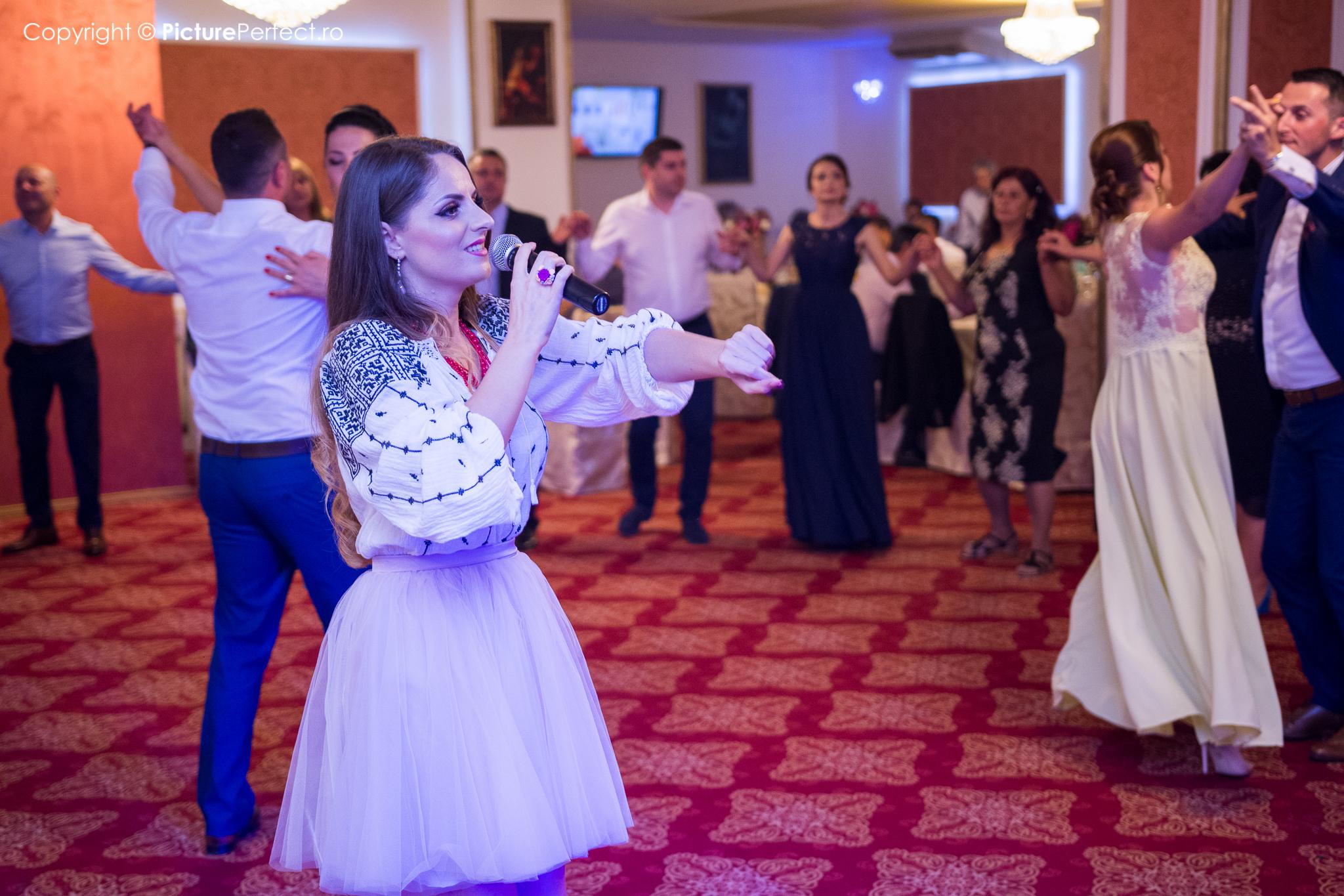 Verona Adams - Solista de muzica populara si usoara la evenimente si spectacole.